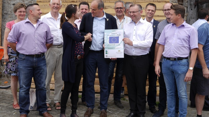Regionalmanagerin Elisabeth Markwardt überreicht die LEADER-Erläuterungstafel